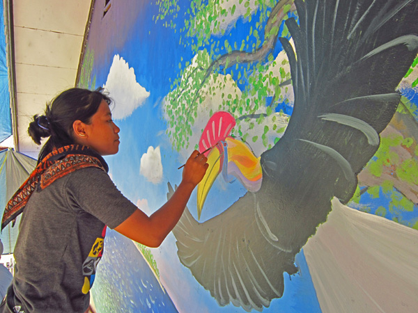 painting a hornbill at Taima