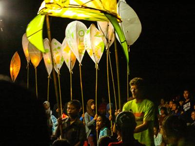 Lantern parade ends festival