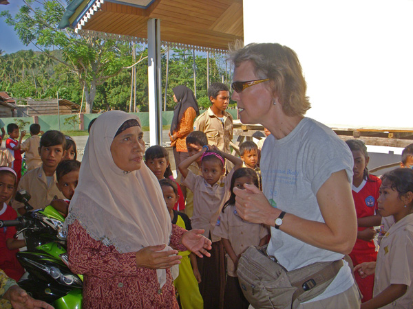 Marcy Summers talking with school official at Teku/Toweer