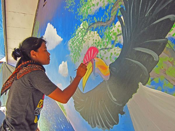 Melukis burung rangkong di Taima