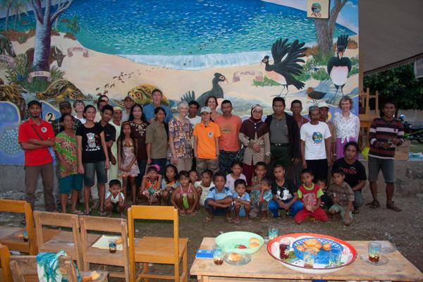 Seluruh teman-teman AlTo di depan lukisan dinding Taima