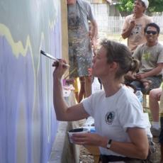 Marcy melukis dengan telaten di Taima