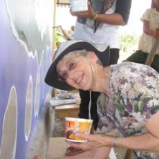 Nancy Kinney melukis di Taima