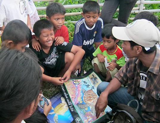 Spesialis Pendidikan dan Outreach Atu berbincang-bincang tentang penyu dengan kelompok bermain