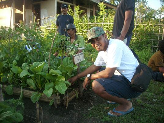 Koordinator Konservasi AlTo Noval meninjau kebun organik di Benteng.